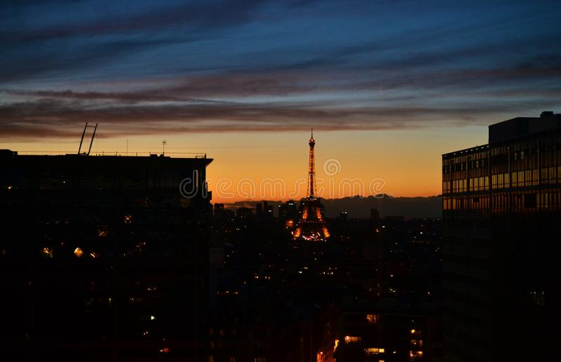 黄昏夜全景巴黎,埃菲尔铁塔城市视图,采取从传统法式室,雕象 免版税图库摄影