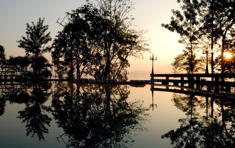 黄昏室外池游泳 库存照片