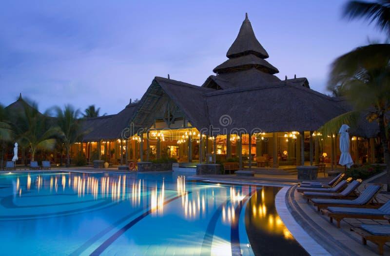 黄昏旅馆豪华游泳池边 免版税库存图片