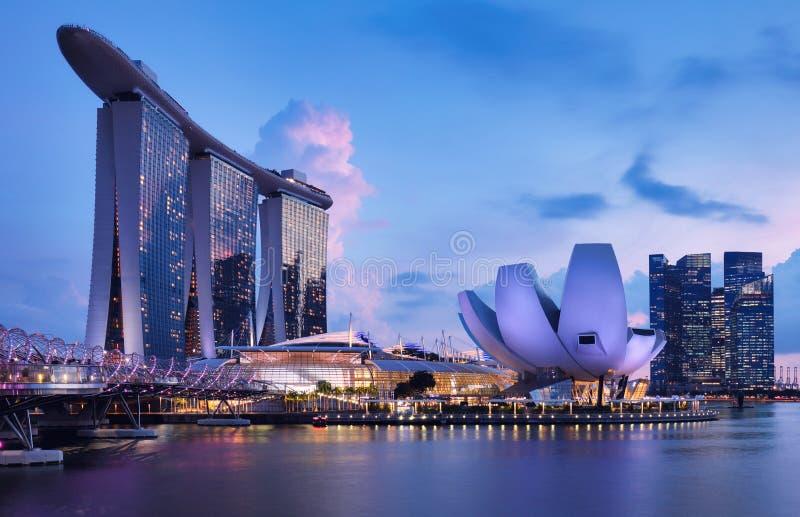 黄昏时分新加坡滨海湾天际线 免版税库存照片