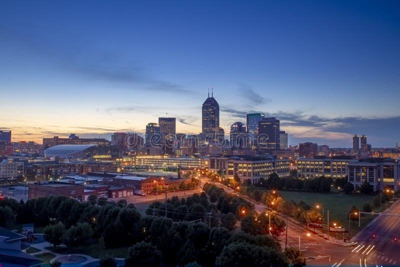 黄昏的中西部城市印第安纳波利斯印第安纳 免版税库存图片