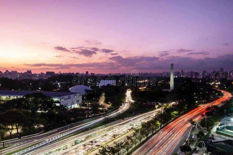 黄昏的圣保罗市,巴西伊比拉布埃拉公园-方尖碑 库存照片
