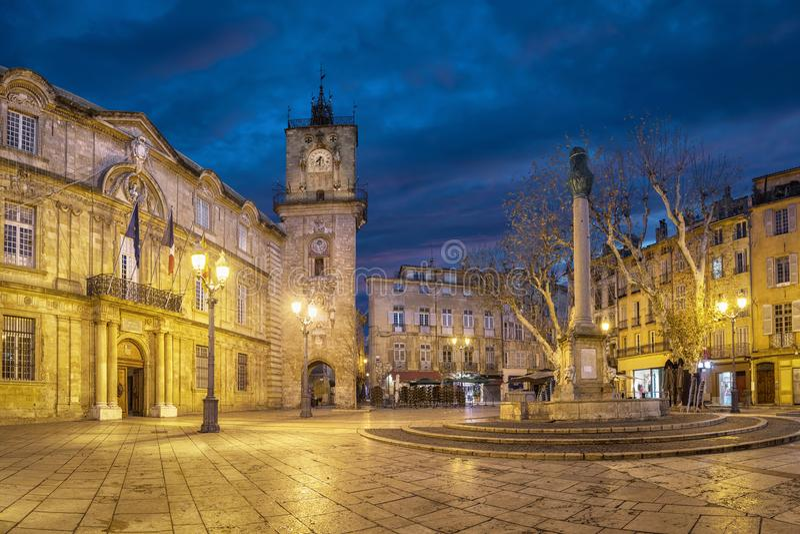 黄昏的城镇厅广场在艾克斯普罗旺斯,法国 库存图片