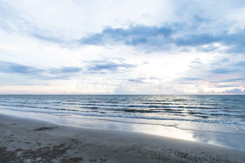 黄昏的海,太阳落,波浪软 库存图片
