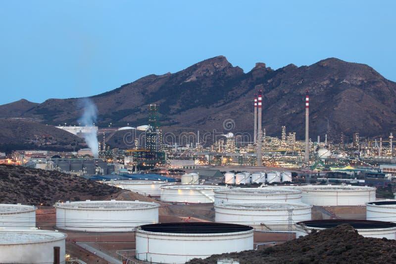 黄昏的炼油厂 免版税库存照片