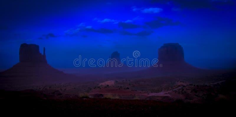 黄昏的纪念碑谷与偶象西部和东部手套小山,亚利桑那美国 免版税库存图片