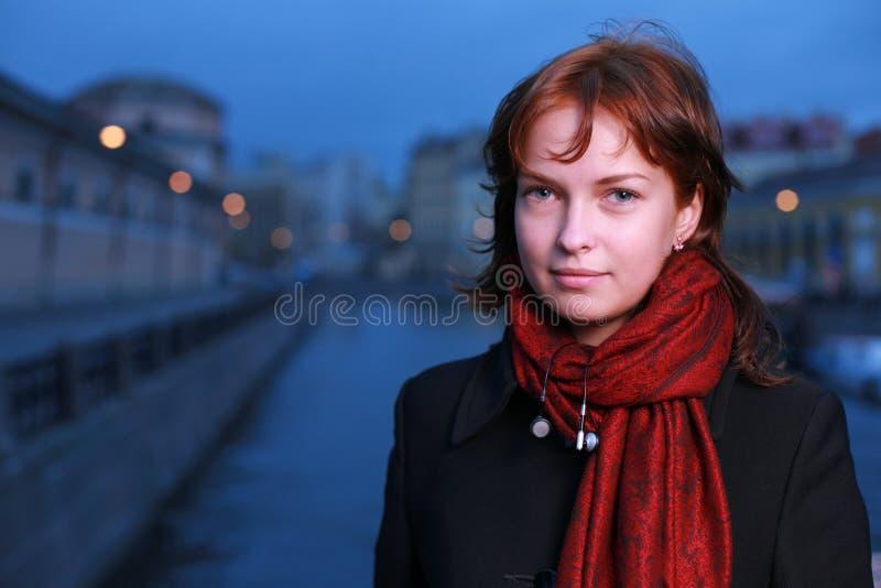黄昏红头发人妇女年轻人 库存照片