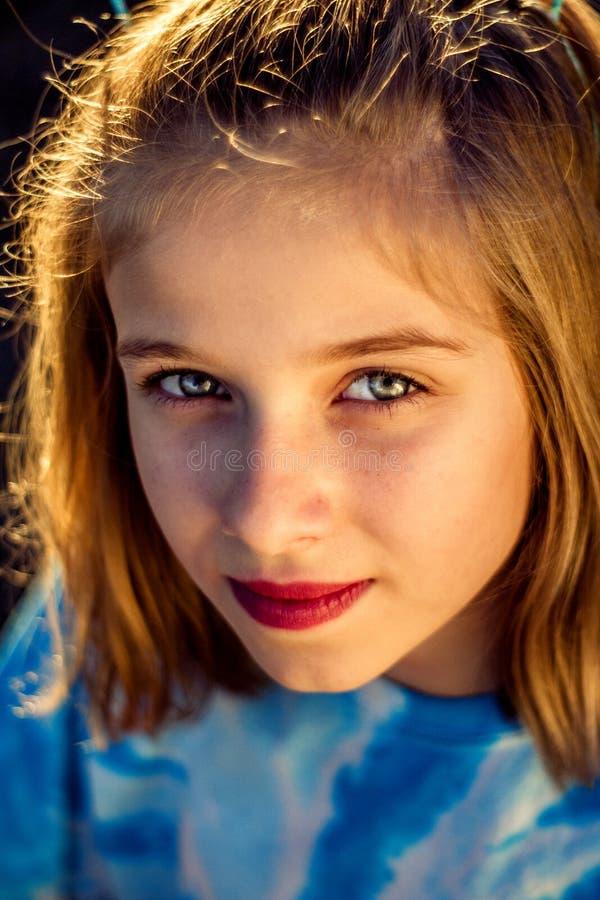 黄昏自然光青春期前的女孩特写镜头画象  免版税库存照片