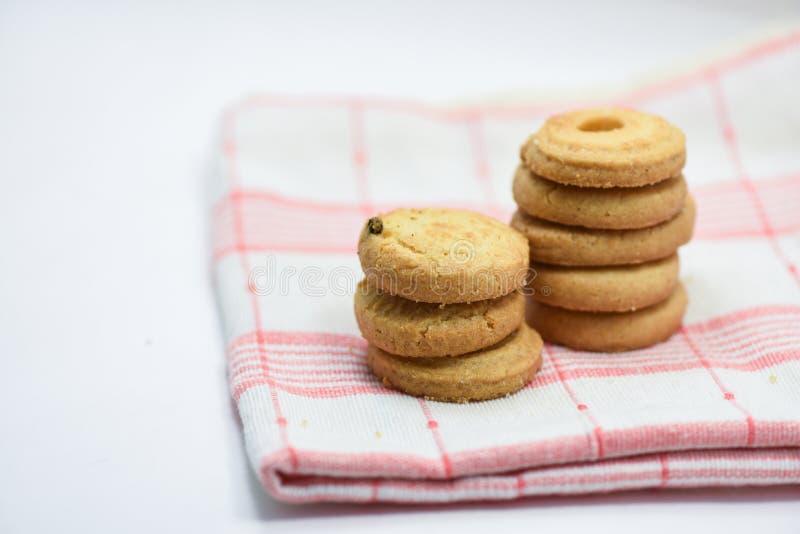 黄油曲奇饼酥皮点心在白色背景的桌布 库存图片