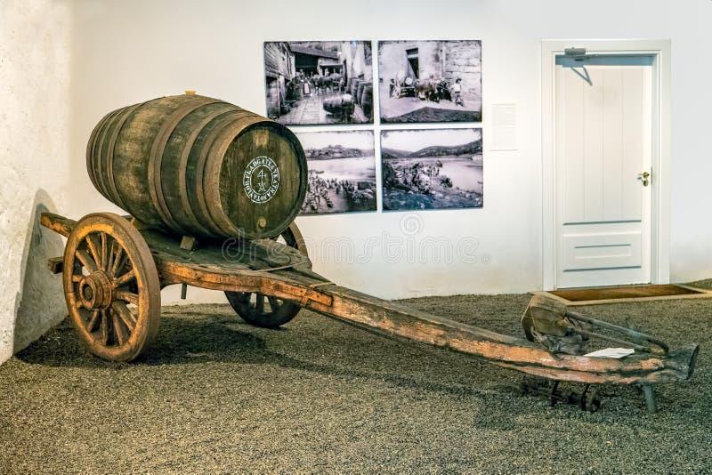 黄牛葡萄酒桶的被画的推车,盖亚,葡萄牙 免版税图库摄影