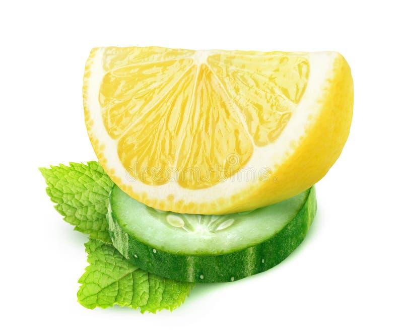 黄瓜和柠檬被隔绝的片断  库存照片