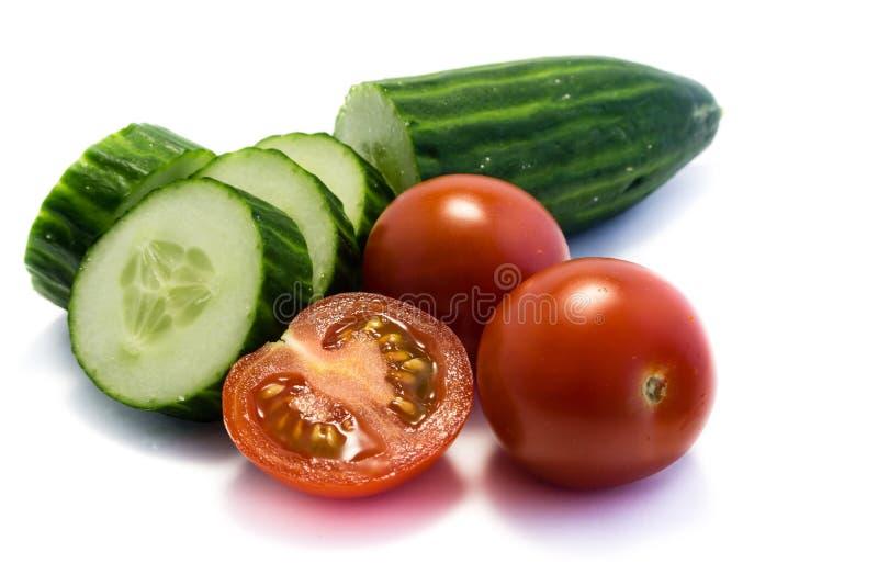黄瓜和蕃茄在白色背景 免版税库存照片