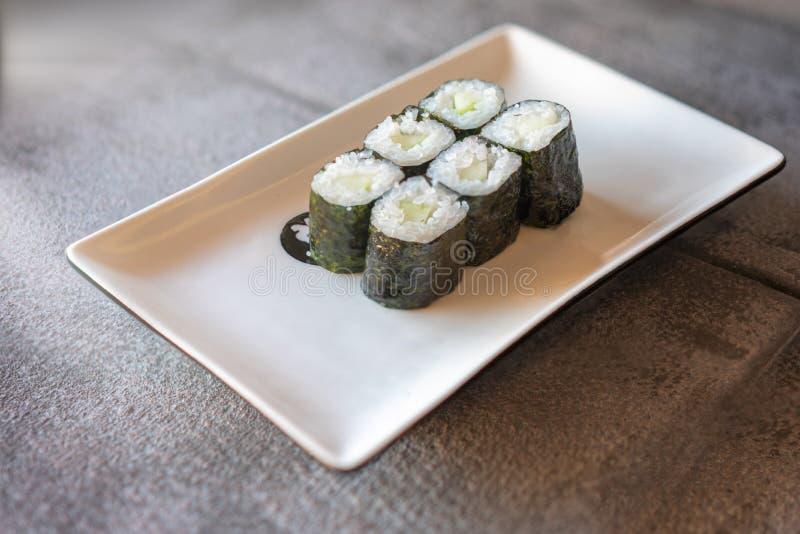 黄瓜寿司在板材服务 免版税图库摄影