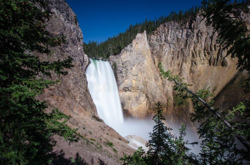 黄石下跌瀑布如被看见从与一条小彩虹的汤姆叔叔的足迹在一好日子 免版税库存图片