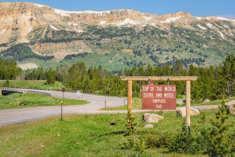 黄石国家公园,怀俄明,美国- 2017年7月18日:世界商店和汽车旅馆的上面提供气体 在Beartooth山的标志 库存图片