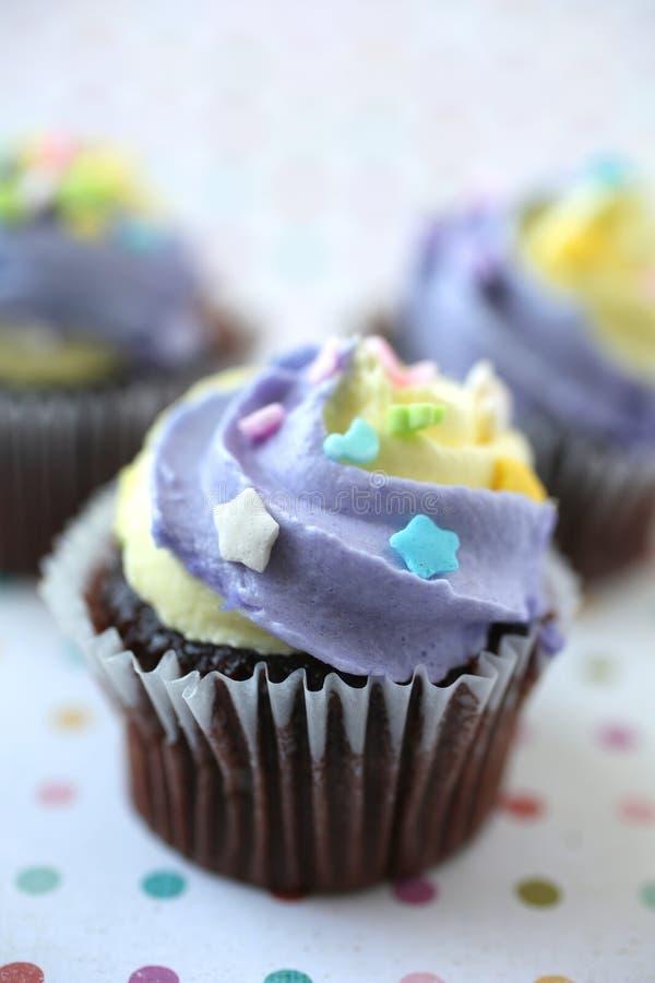 黄紫色复活节蛋糕彩色背景 库存照片