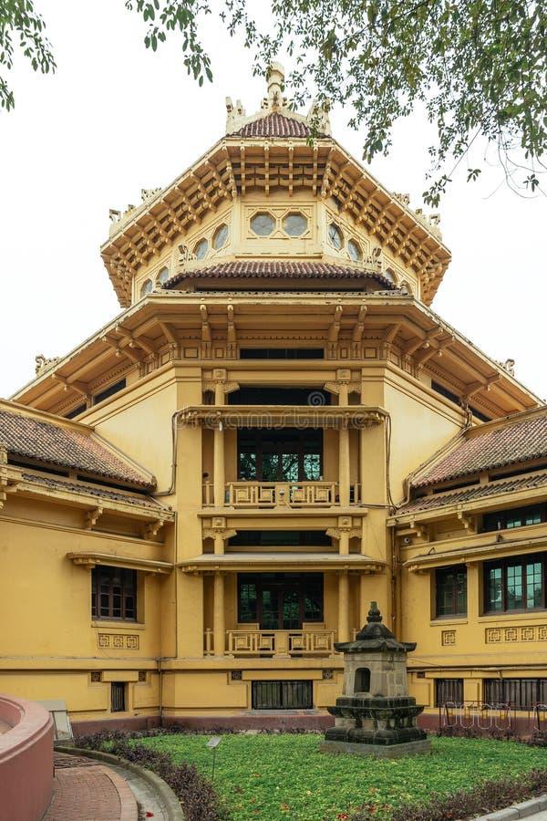 黄色中国装饰的殖民地大厦用途作为一个咖啡馆在河内,越南 免版税库存照片