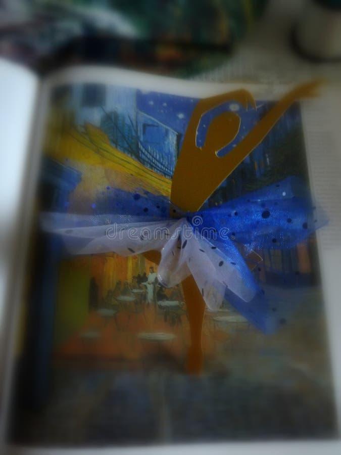 黄色作的纸芭蕾舞女演员混合画法艺术  免版税图库摄影