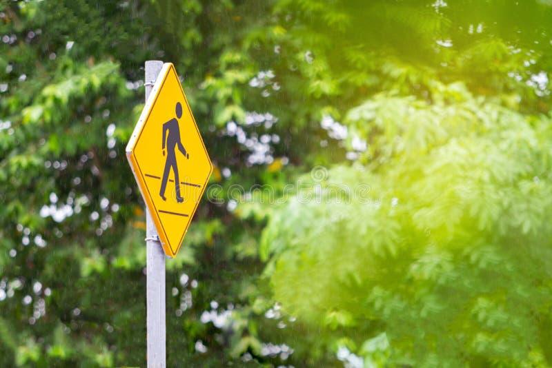 黄色公路交通标志步行发怒路 免版税库存照片