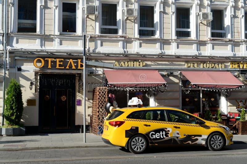 黄色出租汽车在罗日杰斯特文斯基大道的旅馆在莫斯科 库存照片