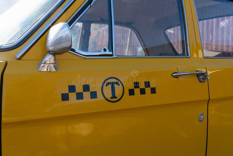 黄色出租汽车汽车特写镜头 车身的镀铬物元素60-70年 免版税库存照片