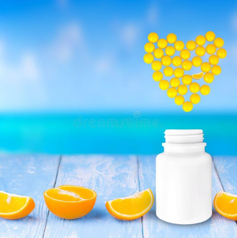 黄色医学、片剂和胶囊的心脏treatmen的 图库摄影
