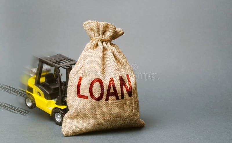 黄色叉架起货车撞入了与词贷款的袋子,并且不可能举它 无能偿还贷款,债务的结构调整 库存图片