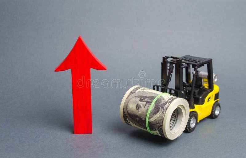 黄色叉架起货车运载大捆绑美元和红色箭头  经济改革,新兴市场 收入成长  免版税库存照片