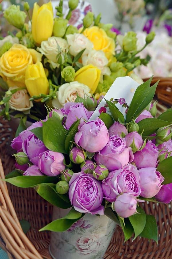 黄色和桃红色玫瑰花束  图库摄影