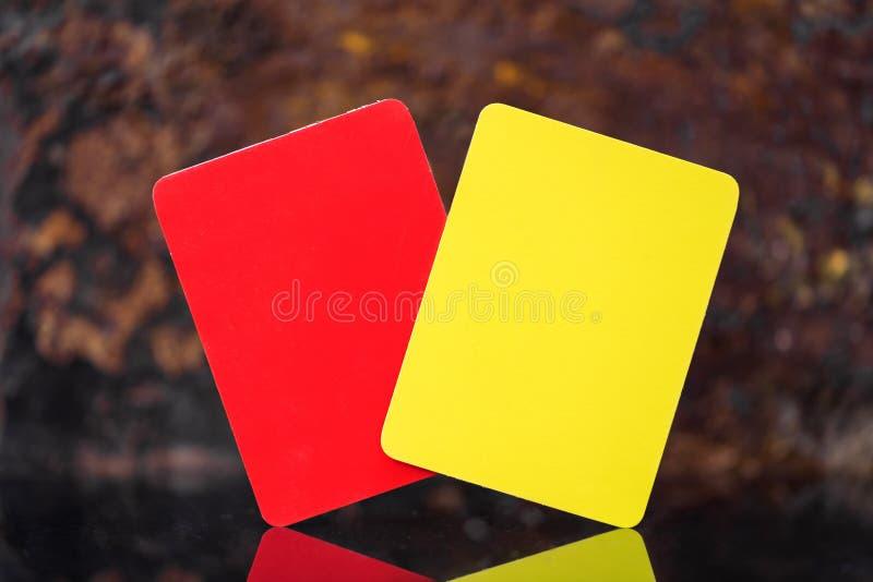 黄色和红牌、足球、橄榄球或者排球不理智 库存照片