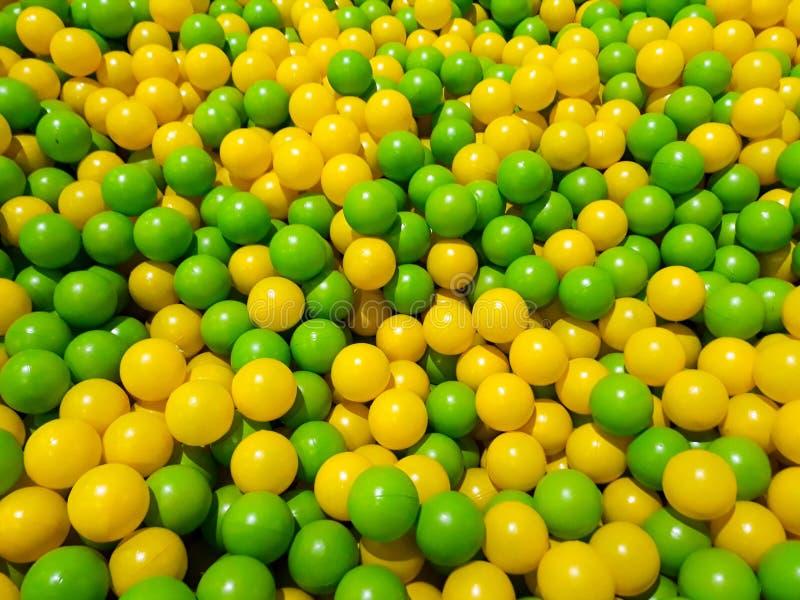 黄色和绿色球水池,儿童的游乐场 免版税库存照片