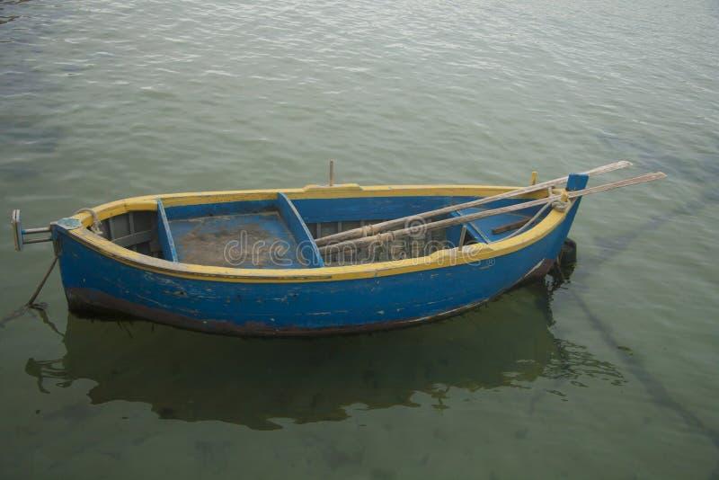 黄色和蓝色小船 免版税库存照片