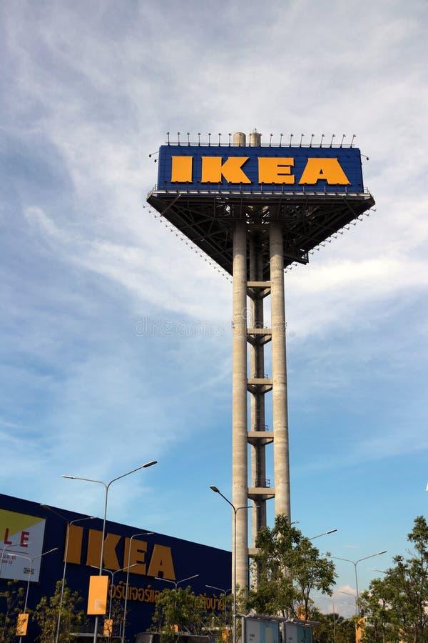 黄色和蓝色颜色宜家的高三角标志在宜家商店前面的 库存照片