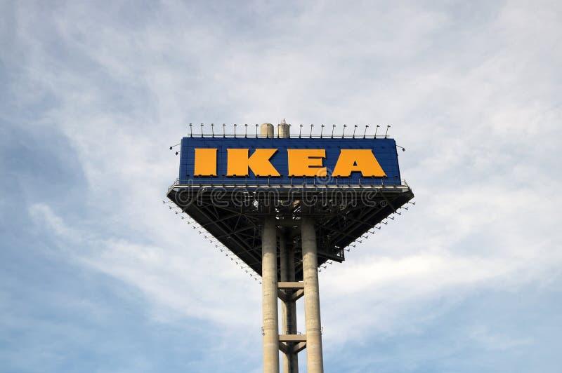 黄色和蓝色颜色宜家的高三角标志在宜家商店前面的 免版税库存照片