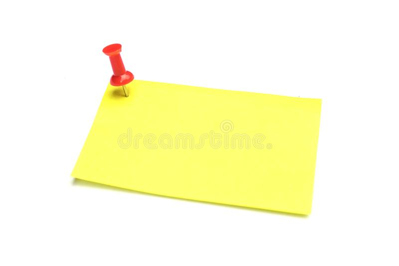 黄色在白色背景隔绝的笔记和红色图钉 库存照片
