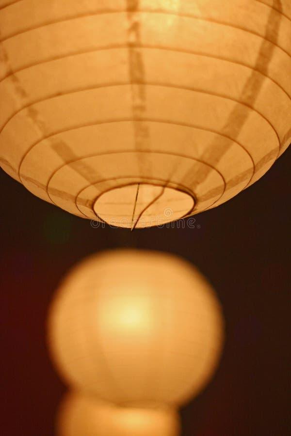 黄色垂悬的纸灯装饰 库存图片