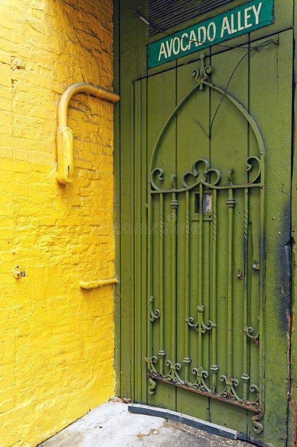 黄色墙壁和绿色门,鲕梨胡同,芝加哥伊利诺伊 免版税库存照片