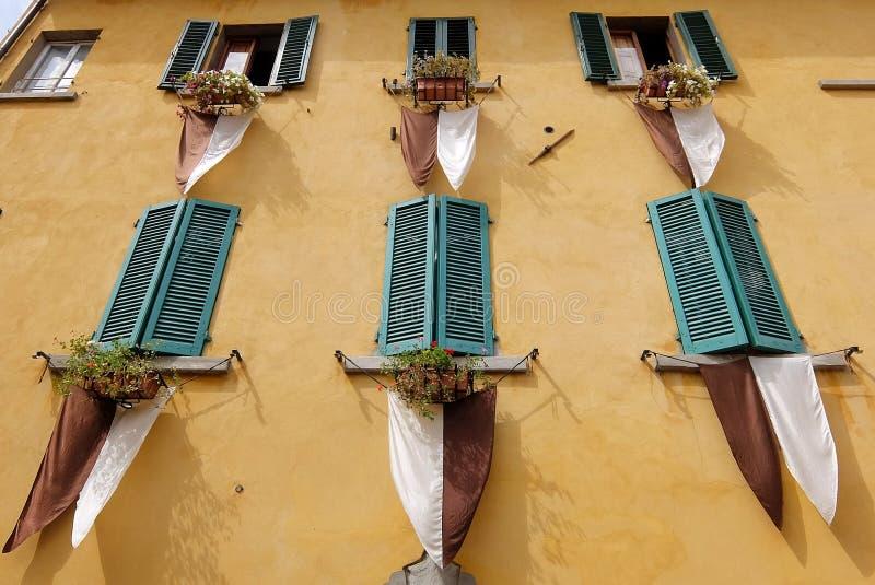 黄色墙壁看法有绿色木窗帘的 免版税库存照片