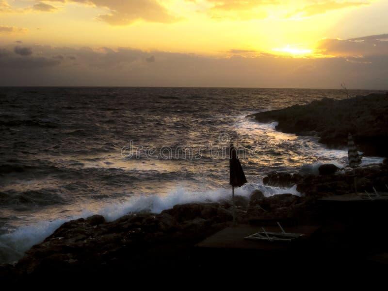 黄色天空、海、波浪和日落 在Tremiti海岛的卡拉市delle Roselle E 库存图片