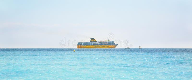 黄色客船可西嘉岛运送撒丁岛轮渡 图库摄影