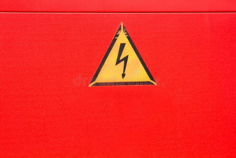 黄色小心高压警报信号 免版税库存照片