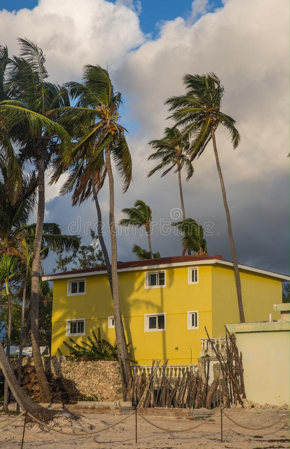 黄色房子 免版税库存图片