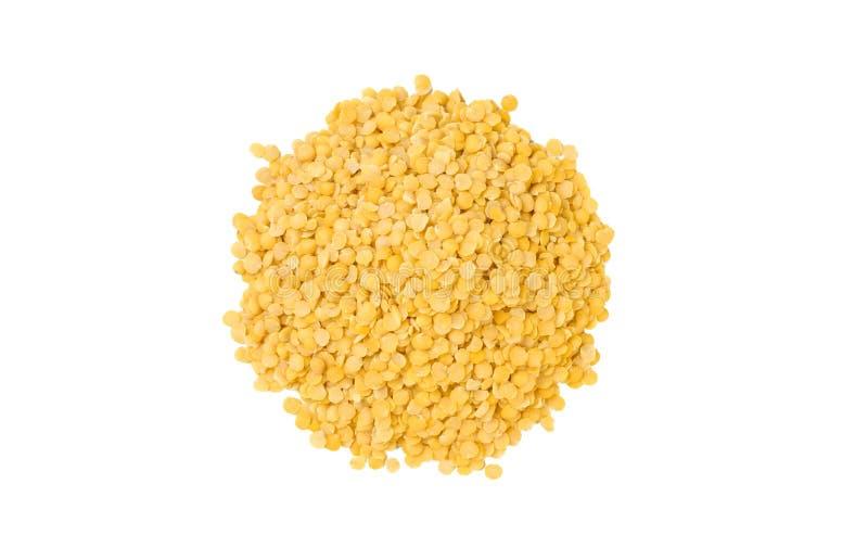 黄色扁豆在白色背景堆积隔绝 ?? ?? 自然食品成分 免版税库存照片