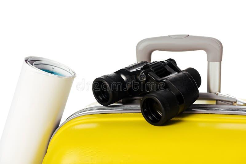 黄色手提箱地图和双筒望远镜接近的看法  免版税库存图片