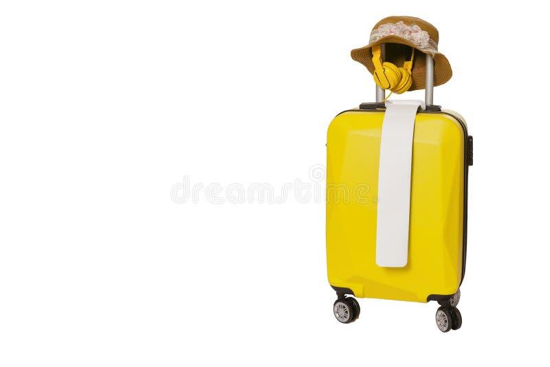 黄色手提箱请求与在为拷贝空间设置的白色孤立背景行李的帽子 最小的概念 剪报 库存图片