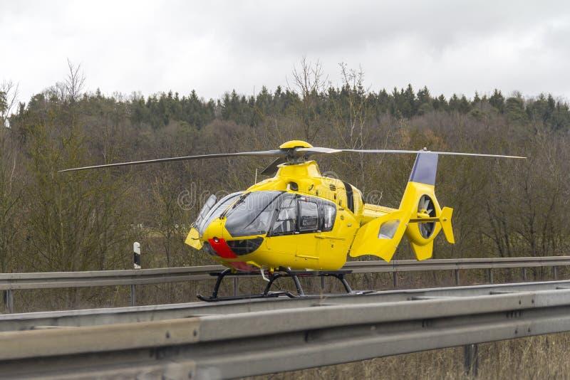 黄色抢救直升机 库存图片