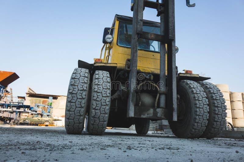 黄色拖拉机耐久的橡胶轮胎大尖轮子  库存照片