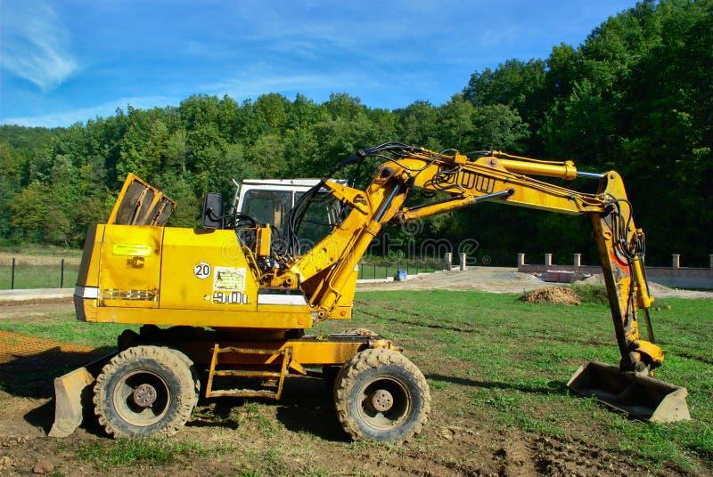 黄色挖掘机在工作 免版税库存图片