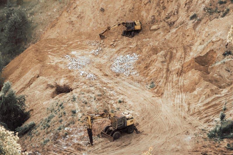 黄色挖掘机或推土机天线或看法在沙子猎物或工地工作 库存照片