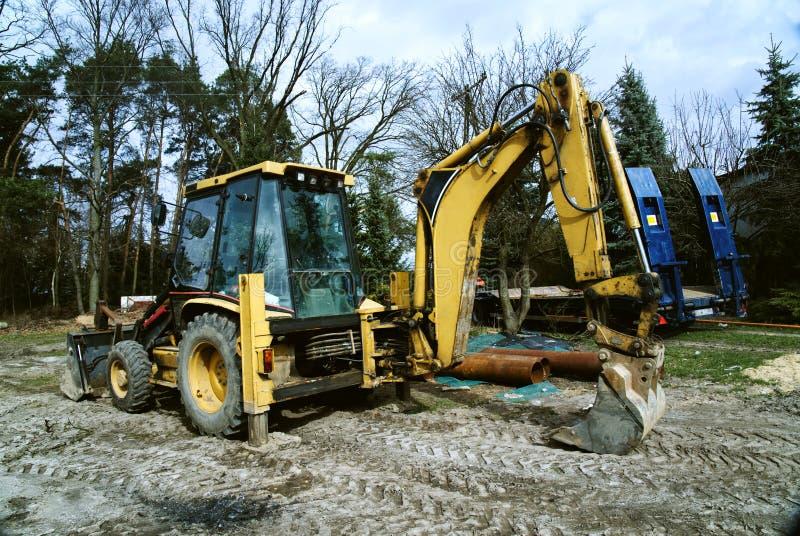 黄色挖掘机等待的工作 库存图片